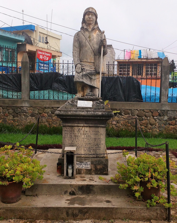 Estatua a Manuel Tzoc, héroe local, que logró el reconocimiento de Nahualá como municipio independiente de Santa Catarina Ixtahuacán entre 1862 y 1872, y quien, según la creencia actual, todavía protege al pueblo de manera sobrenatural. Foto Popol Mayab 2017.
